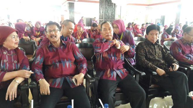 Dari kiri Ketua IBKS Pusat Dra. Naniek K Darmawan, Dr. Mansur Fauzi, Prof. Dr.Mungin Eddy Wibowo, Prof. Dr. Uman Suherman dan Dr. Farozin dalam acara pelantikan pengurus PD IBKS